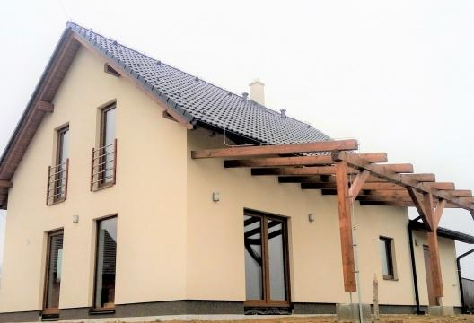 Rodinná dřevostavba ENTONI z Vysočiny včetně garáže a pergoly
