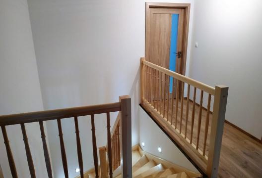 ENTONI Vysočina - osvětlené dřevěné schodiště v montované dřevostavbě Jihlava