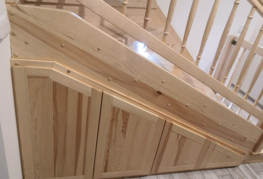 dřevěné schodiště v podkrovní dřevostavbě - úložný prostor